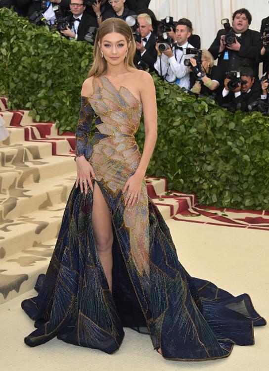 Джіджі Хадід у Versace