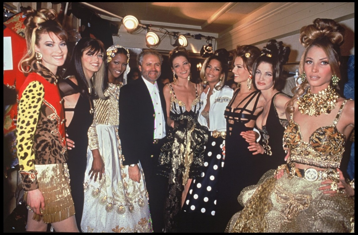 Наоми Кэмпбелл, Карла Бруни, Карен Мюлдер, Кристи Тарлингтон и Джанни Версаче, Versace весна-лето, 1992, Париж