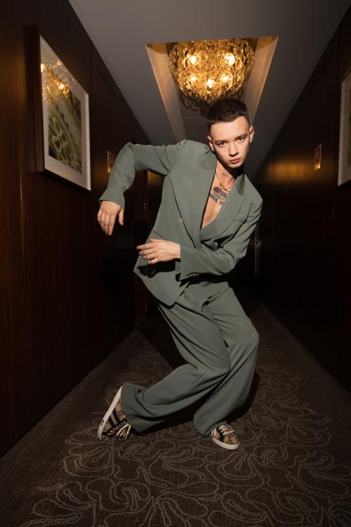 костюм VINCE (helenmarlen. com), обувь GUCCI (helenmarlen. com), украшения MARI B EXTRA