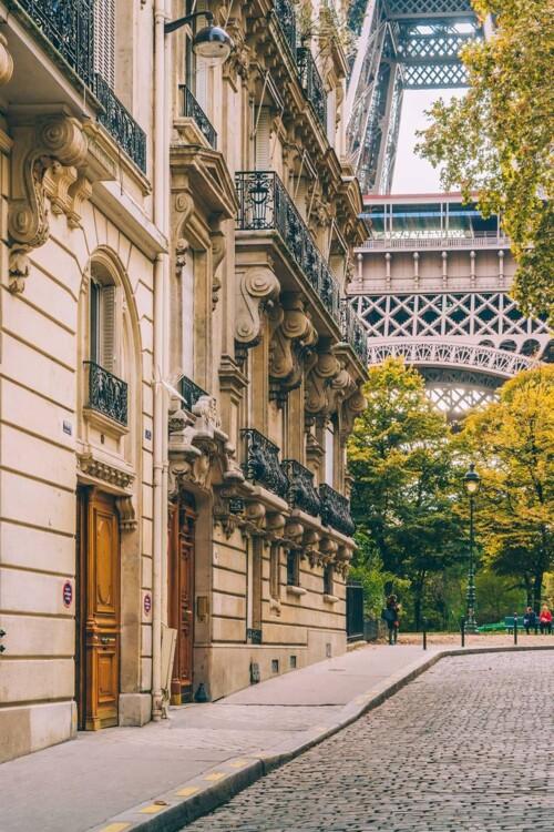 Желая заполучить в одном кадре парижские балкончики и Эйфелеву башню, отправляйтесь на угол Avenue de la Bourdonnais и Avenue Silvestre de Sacy.