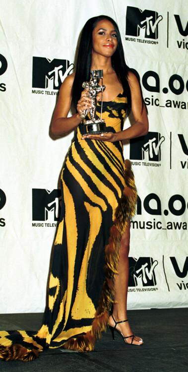Алия в ассиметричном черно-желтом платье в 2001 году.