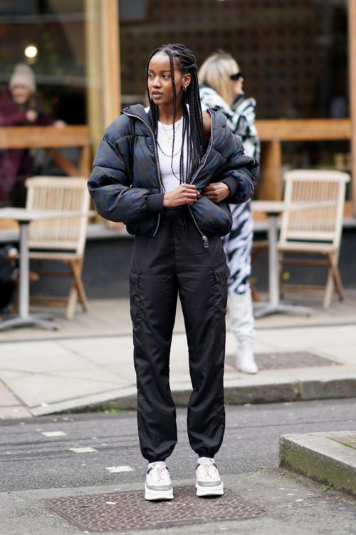 С чем носить черный пуховик этой зимой 2020/2021 стритстайл фото идеи фото