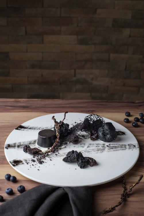 """Десерт """"Черная Магия"""": панакота из черного кунжута, профитроли с чернилами каракатицы, крем из манго"""