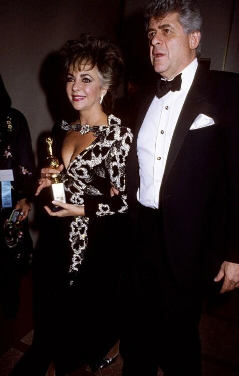 Элизабет Тейлор и Деннис Штейн на «Золотом глобусе, 1985. Бизнесмен подарил актрисе помолвочное кольцо с сапфирами и бриллиантами в конце 1984 года, а в 1985 году пара отменила свадьбу.
