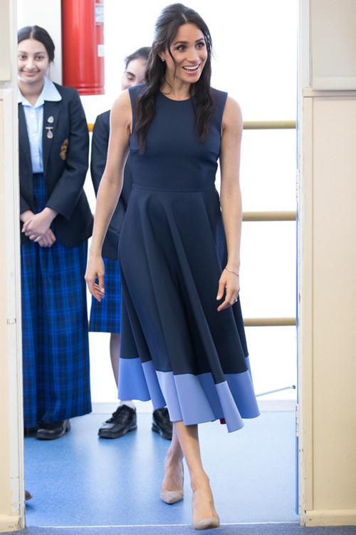 Сукня Roksanda, туфлі Stuart Weitzman, сережки з топазами Birks, браслет з білого золота Birks