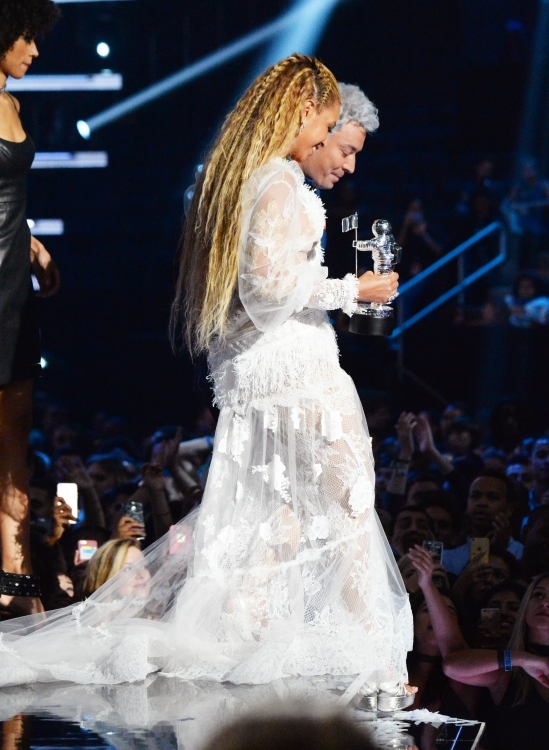 Во время своего выступления на церемонии Бейонсе распустила часть волос
