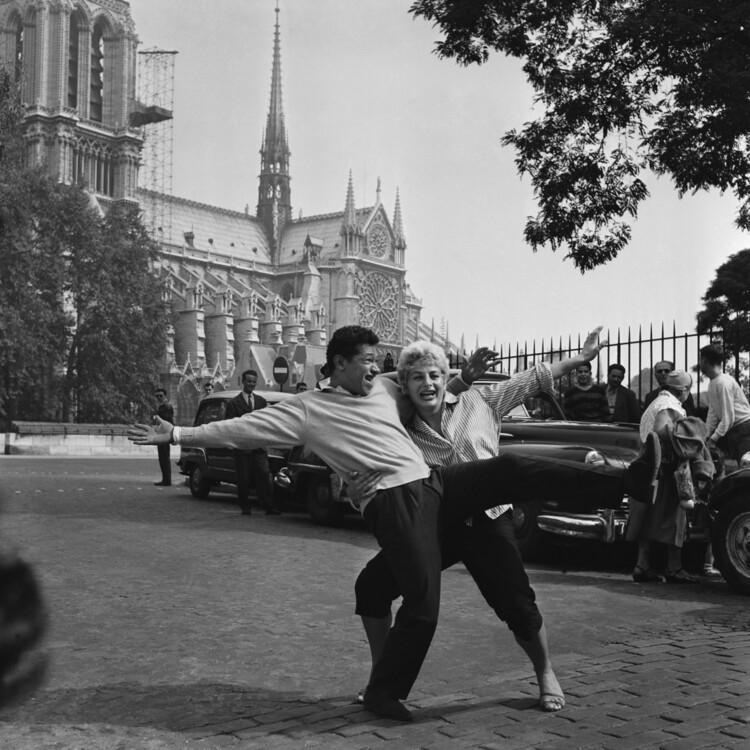 Анрі Сальвадор і Ніні Брилі поблизу Нотр-Дама де Парі, 1958