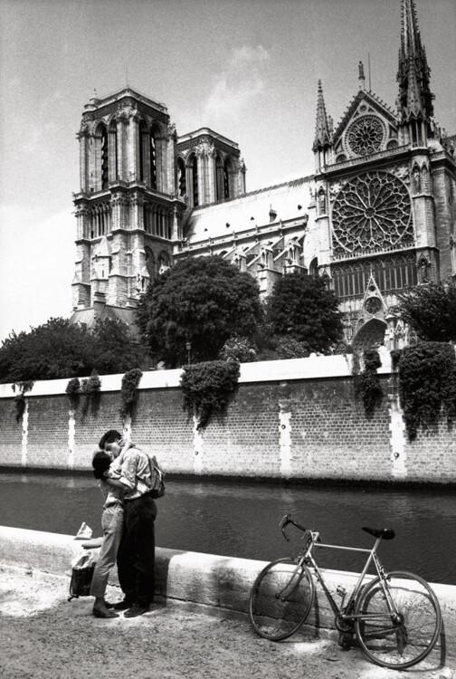 Закохана пара на тлі Нотр-Дама де Парі