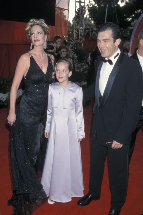 Десятилетняя Дакота на премии Оскар со своей матерью Мелани Гриффит и отчимом Антонио Бандерасом, 2000 год