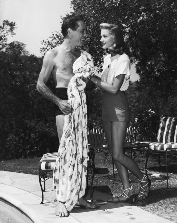Хамфри Богарт и Лорен Бэколл в саду своего дома