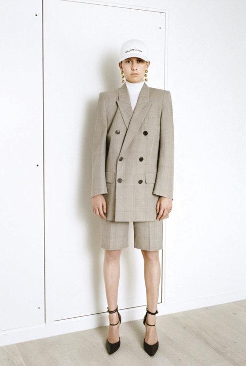 «Учитывая популярность брючных костюмов в этом сезоне, надеть шорты вместо брюк – интересный streetstyle-ход, особенно в прочтении Демны Гвасалии»