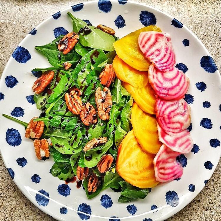 Жовтий і червоний буряк, горіхи, зелень, бальзамічний оцет @ plantbased_lifestyle1