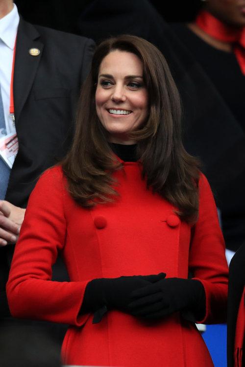Также в этот день Кейт Миддлтон была замечена на матче по рэгби между Францией и Уэльсом. Герцогиня была одета в красное пальто Carolina Herrera, стилизованные с черными высокими перчатками и черной водолазкой