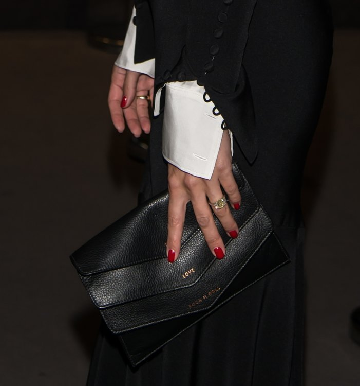 Оливия Палермо носит изумрудной огранки желтый бриллиант с белыми бриллиантами на платиновом ободе