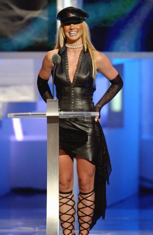 В 2002 году Бритни Спирс появилась на церемонии награждения в кожаном ансамбле в стиле доминатрикс в туфлях на завязках и фетиш-кепке.