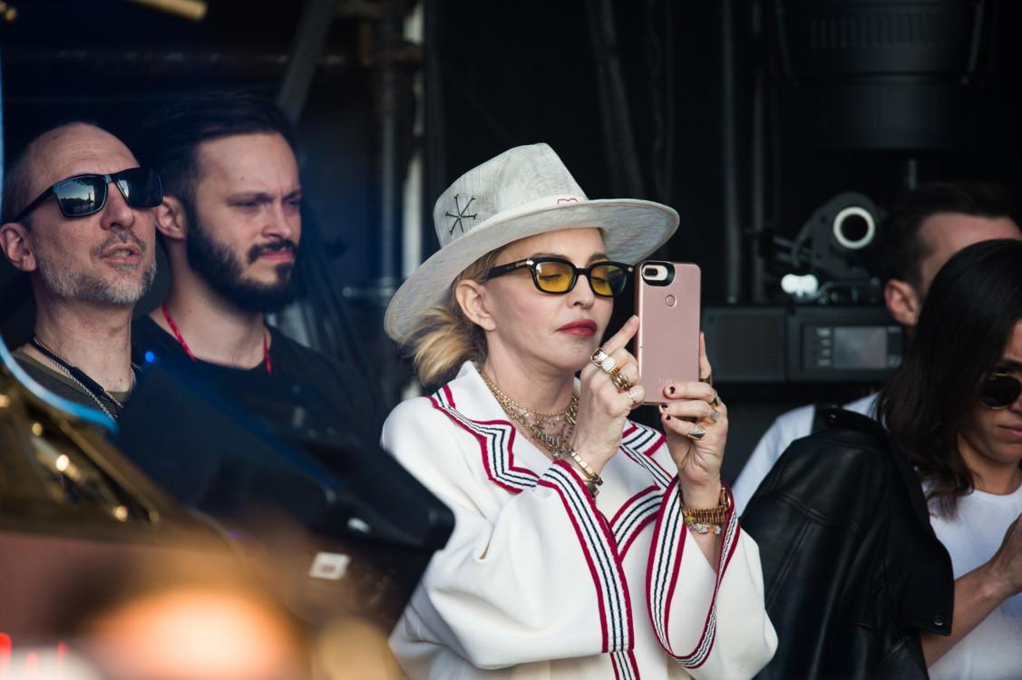 2018. Мадонна на фестивале в Лондоне. Особое внимание - Gucci total look и маникюр