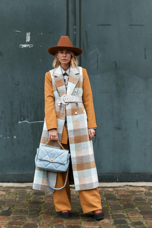 Пальто в цветную клетку стритстайл фото примеры осень 2020 фото
