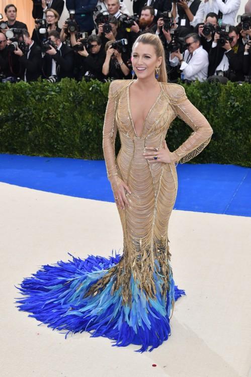 Блейк Лайвли Atelier Versace на балу Института костюма Met Gala, 2017 год