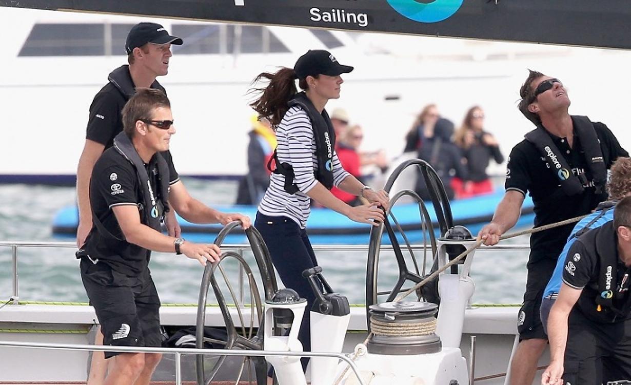 Кейт Миддлтон во время соревнований по парусному спорту в Окленде во время тура в Новую Зеландию (апрель 2014)