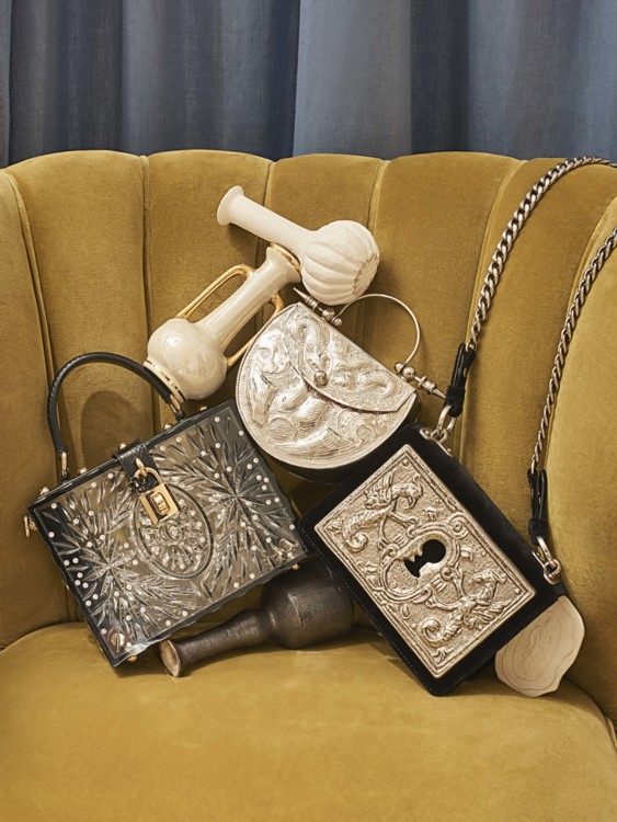 По часовой стрелке: Сумка из латуни, Okhtein; сумка, замша, латунь, Prada; кожаная сумка с зеркальным покрытием, Dolce & Gabbana