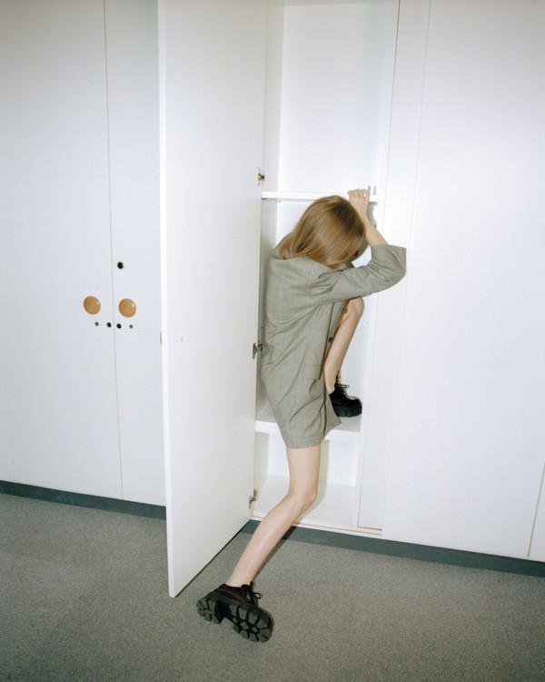 Платье из технического твила, Balenciaga; кожаные туфли, Prada