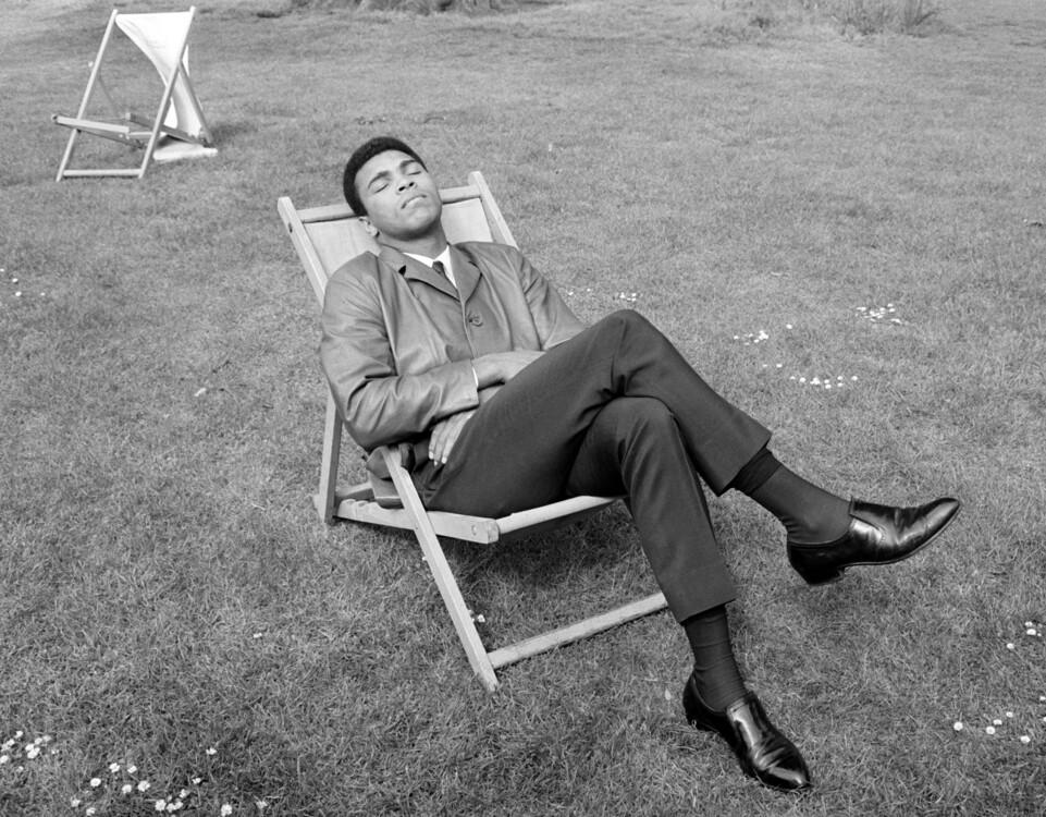 Мухаммед Али из США отдыхает в лондонском парке на следующее утро после победы над Генри Купером, 22 мая 1966 года
