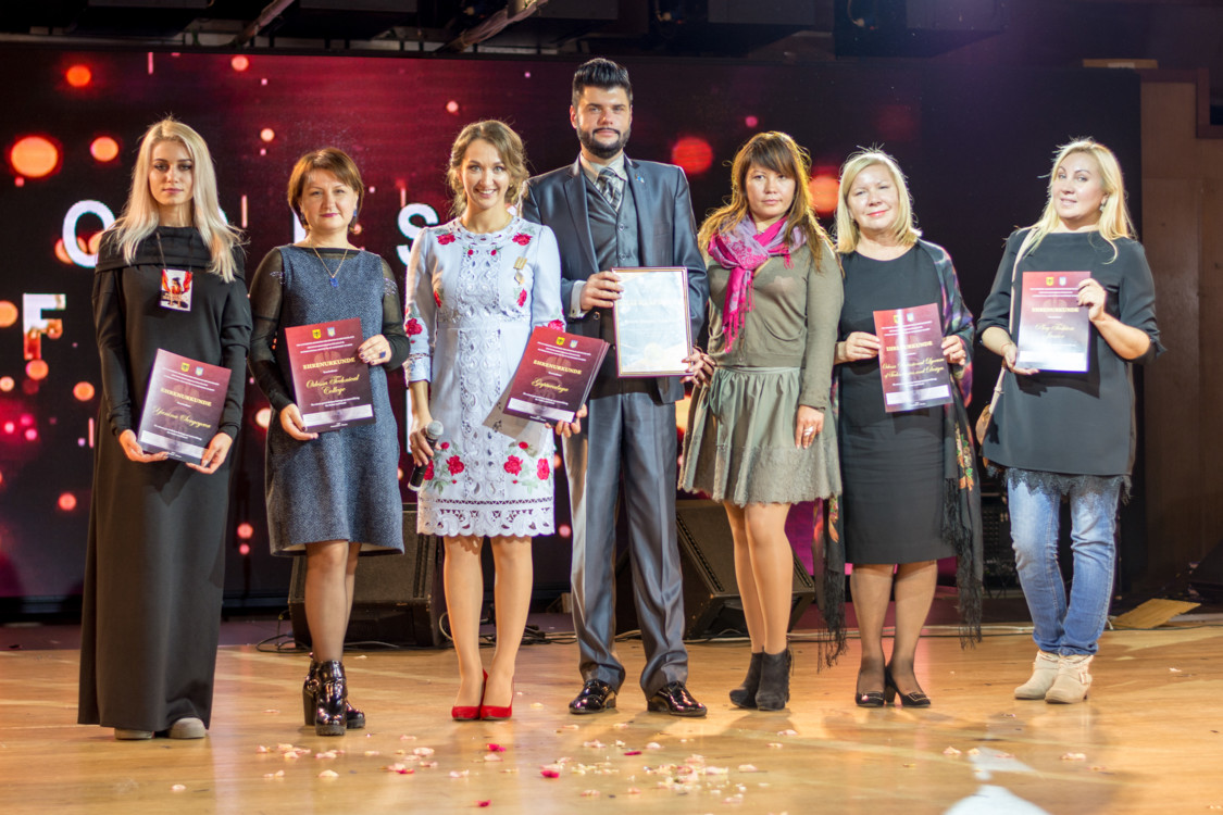 Андрей Горчаков награждает дизайнеров