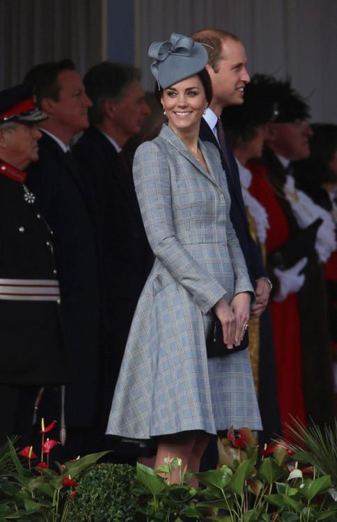 Герцогиня Кэтрин в платье Alexander McQueen (октябрь, 2014)