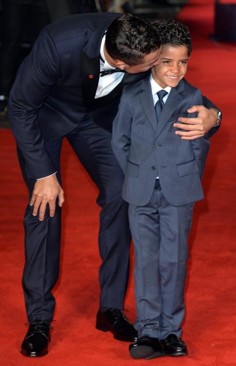 """Криштиану Роналду со своим сыном на мировой премьере фильма """"Роналду"""" в Лондоне, 2015 год"""