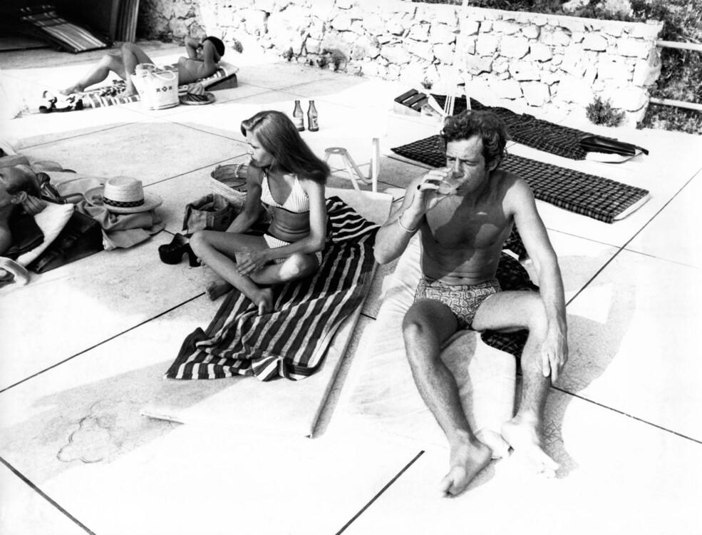 Плавки Жан-Поля Бельмондо с принтом. Фото говорит само за себя: тренд на короткие плавки вернулся в модную игру.