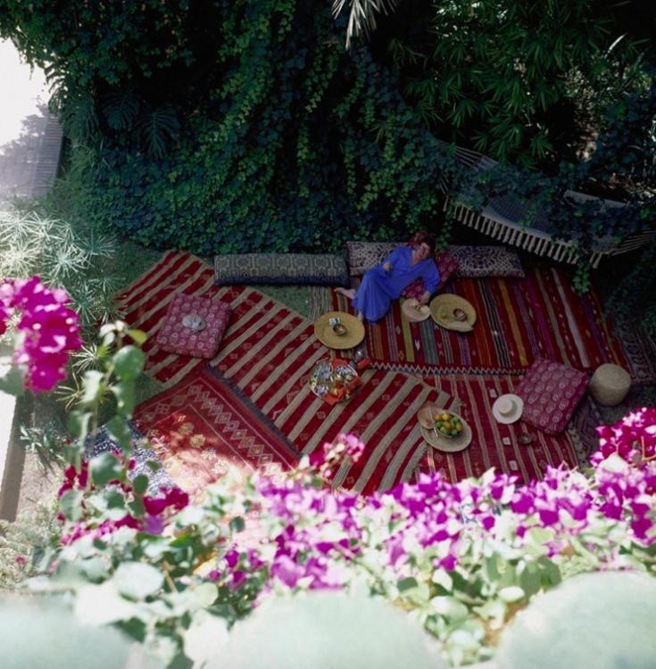 Ив Сен-Лоран в садах Dar es Saada в Марракеше в 1980 году