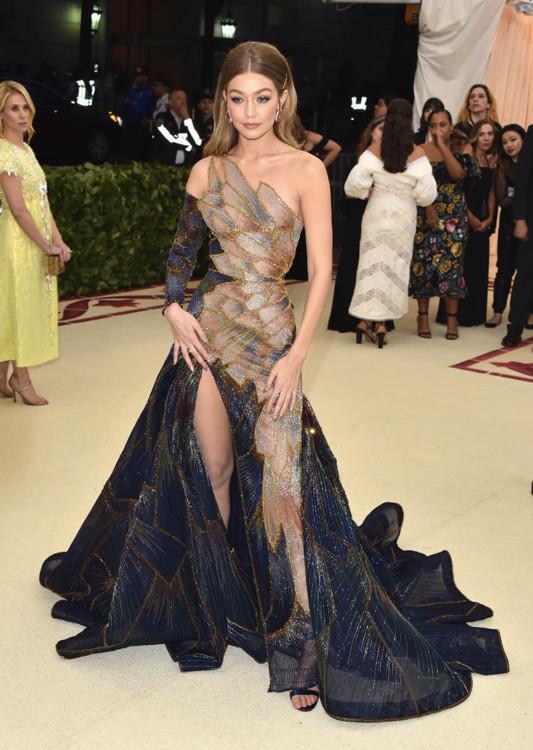 Джиджи Хадид в платье от Versace