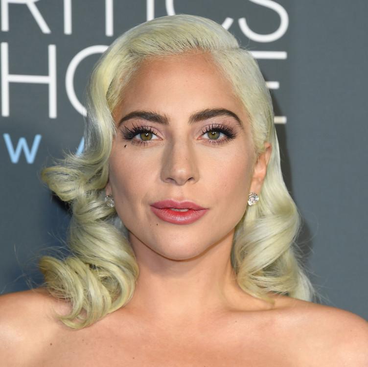 Леди Гага, серьги Djula (бриллианты, 10 карат)