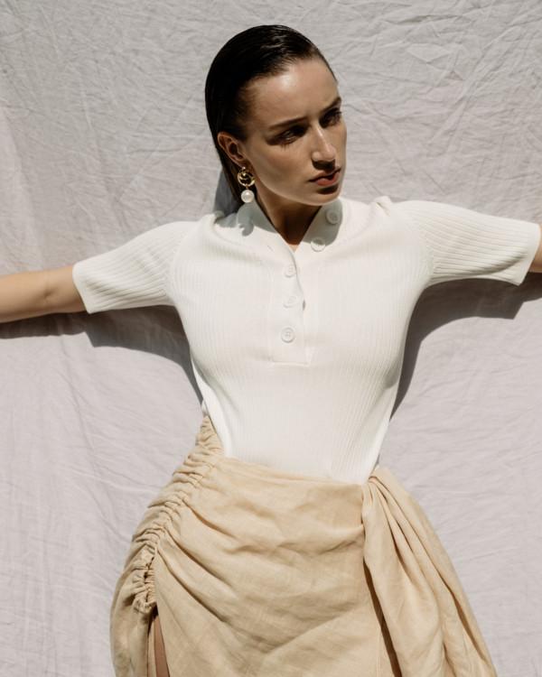 Топ из вискозы, льняная юбка – все 12 storeez;  металлические серьги с жемчугом, Treasure Store