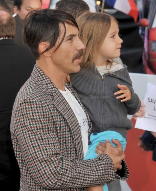"""Энтони Кидис с сыном на премьере мультфильма """"Тачки 2"""" в Лос-Анджелесе, 2011 год"""
