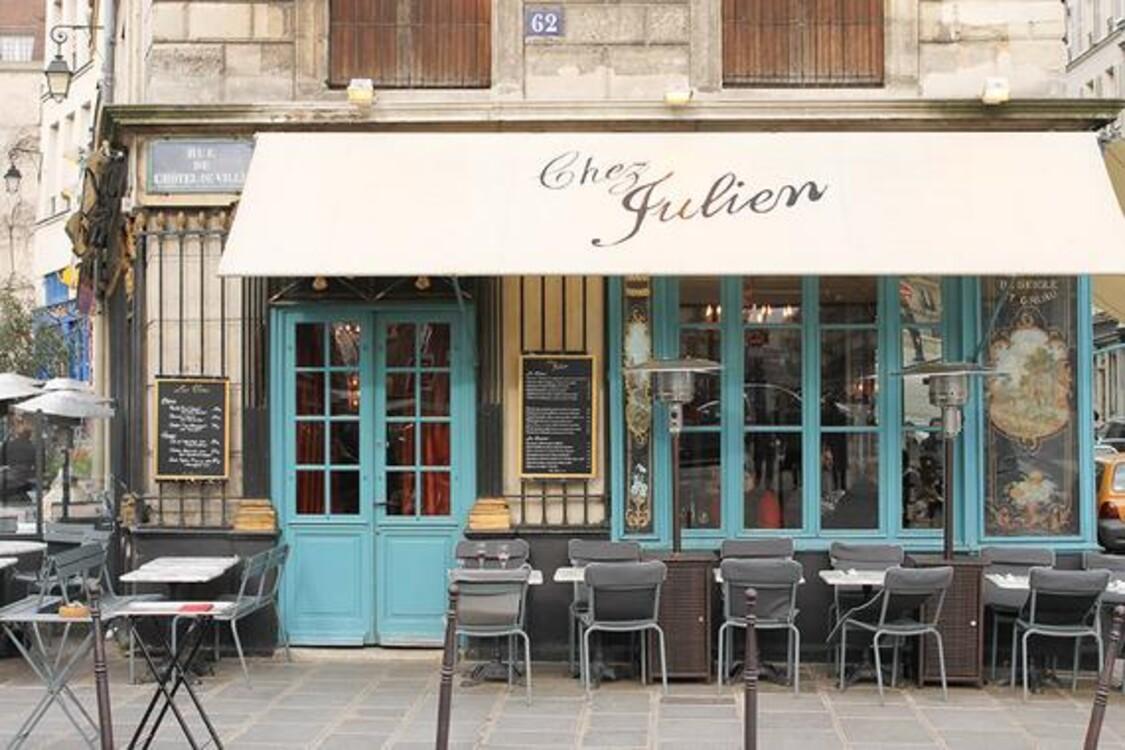 Классическое французское кафе-ресторан Chez Julien, которое сначала нужно фотографировать, а потом взять меню и заказать что-то вкусное. Кафе находится на 1 rue du Pont Louis-Philippe в 4-ом округе.
