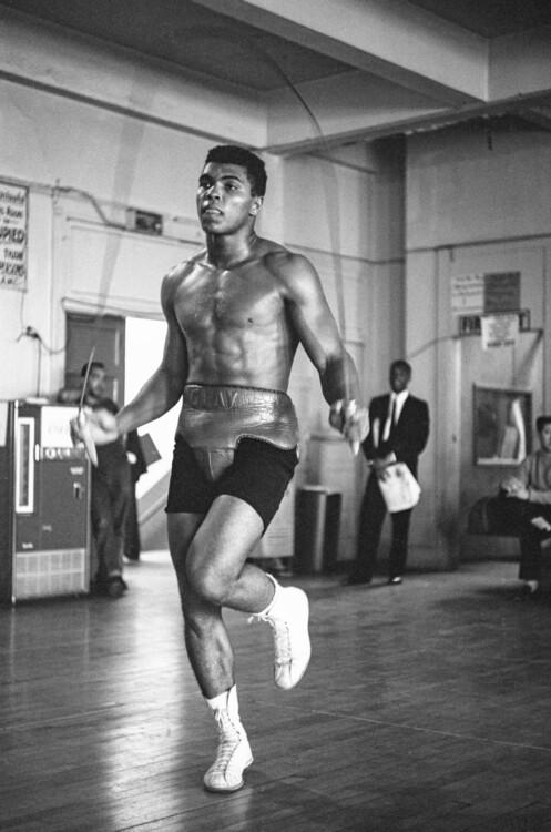 Кассиус Клей прыгает через скакалку, тренируется к бою с Арчи Муром в октябре 1962 года в Лос-Анджелесе, Калифорния