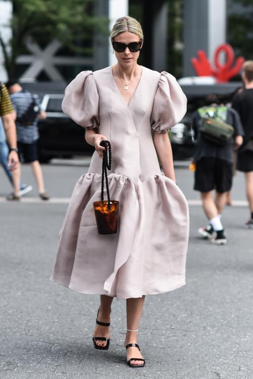 Летние платья с объемными рукавами 2020 стрит стайл фото фото