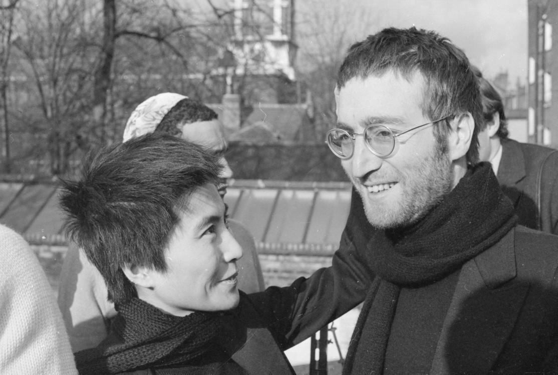4 лютого 1970 року: Джон Леннон і Йоко Оно в Лондоні після стрижки. Волосся віддали в обмін на пару шортів Мухаммеда Алі. Пізніше, і волосся, і шорти будуть продані з аукціону в цілях благодійності