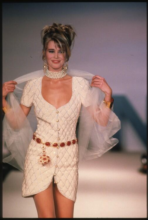 Клаудиа Шиффер во время показа Chanel Haute Couture весна-лето 1990