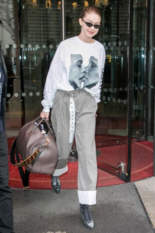 Джиджи Хадид в очках Vogue Eyewear, ботильонах Stuart Weitzman и с сумкой Fendi