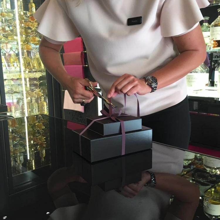В большой коробке - сам аромат, в маленькой - два запасных атомайзера, которые можно наполнить с помощью крохотной лейки (прилагается)
