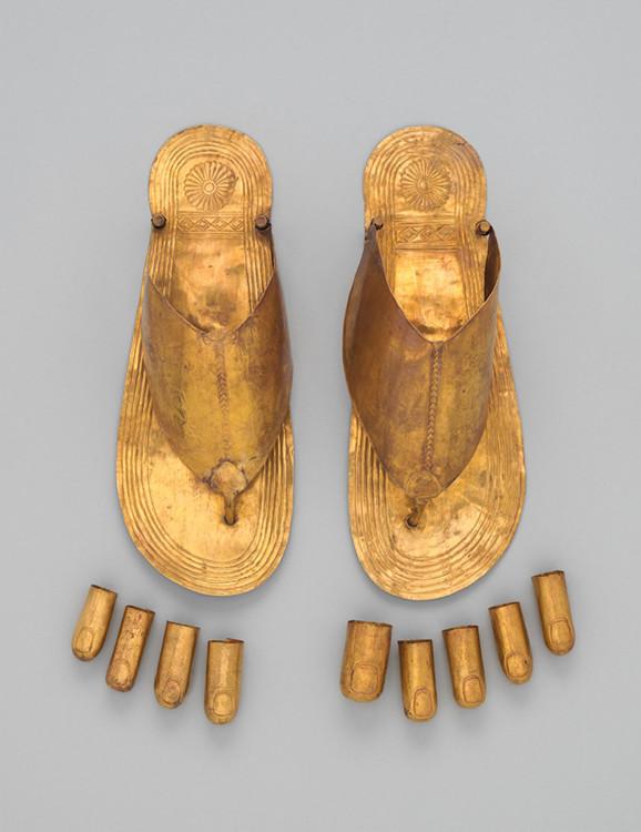 Сандалии из золота найдены на могилах трех иностранных жен Тутмоса III, Династия 18, царствование Тутмоса III (около 1479-1425 гг. до н. э.).