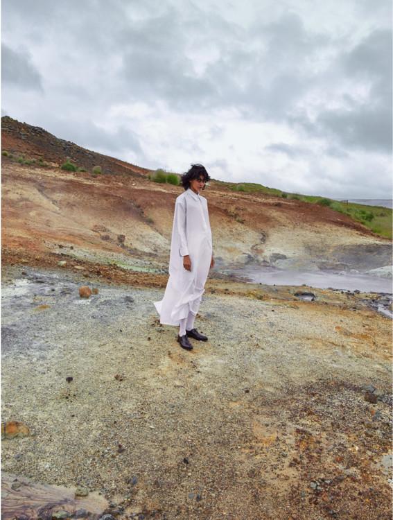 Бавовняна максі-сукня, Tory Burch; шкарпетки з поліаміду, Calzedonia; шкіряні броги, G.H. Bass & Co .; капелюх з бавовни і соломи, Beton Cire