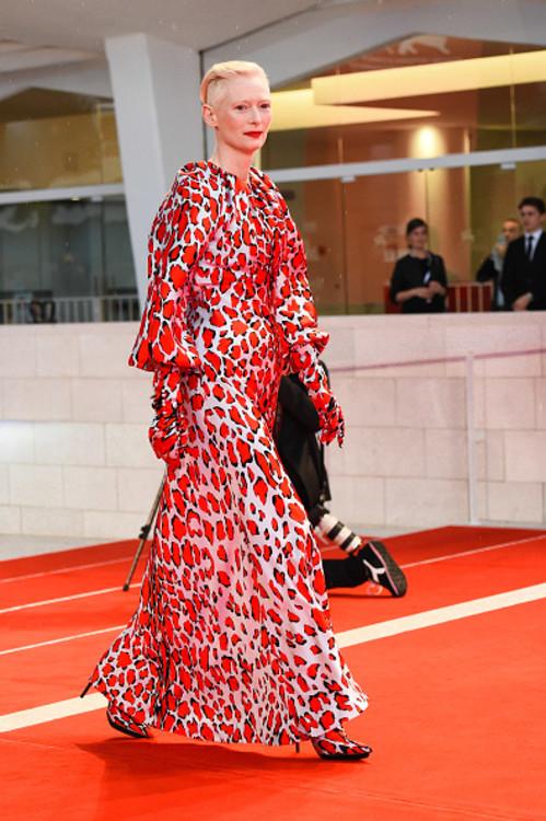 Тільда Свінтон у Schiaparelli на Венеціанському кінофестивалі