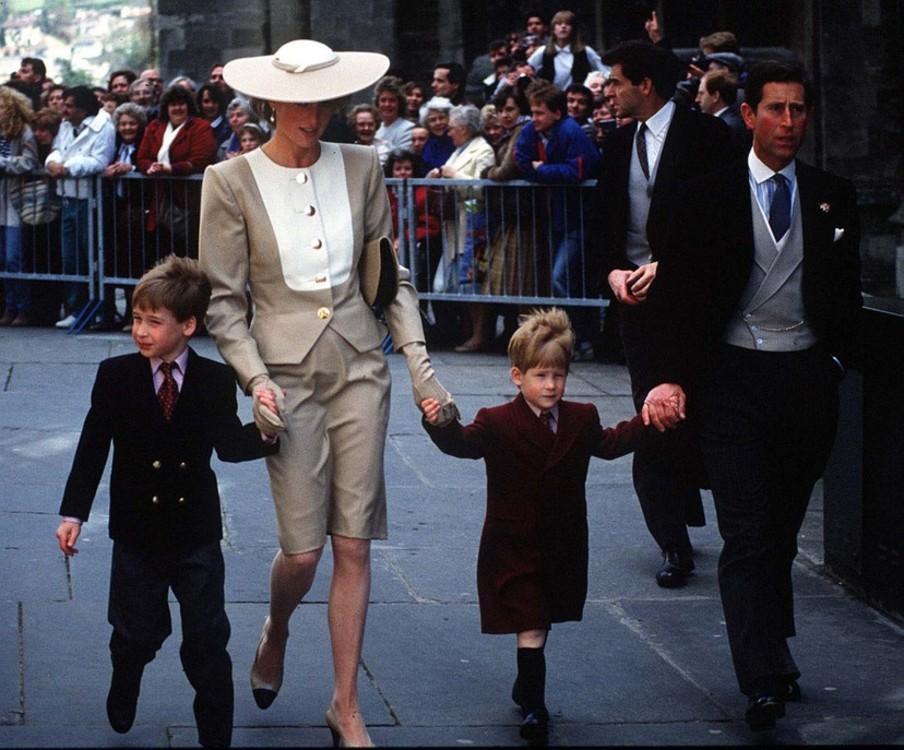 Леди Диана с принцем Чарльзом, Уильямом и Гарри на свадьбе дочери герцога Хасси, май 1989