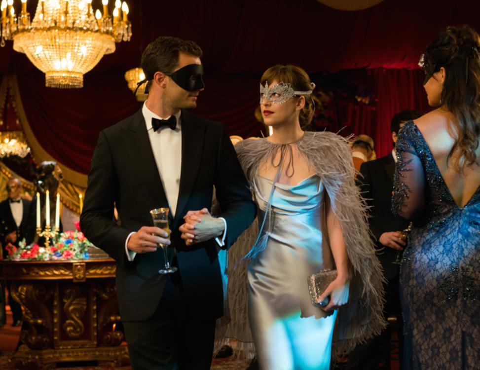 Дакота Джонсон в серебряном атласном платье в фильме «На пятьдесят оттенков темнее»