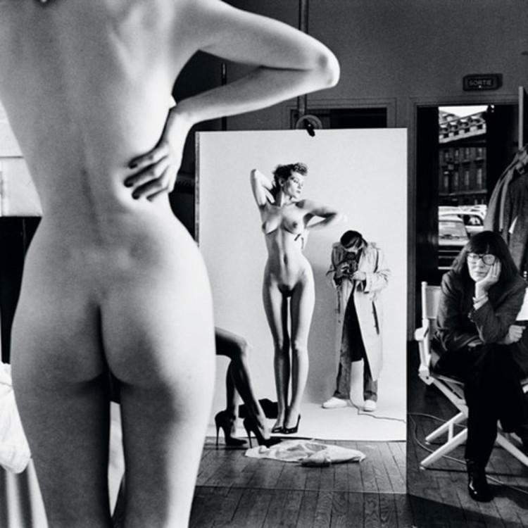 Автопортрет с женой Джун и моделями, Париж, 1981