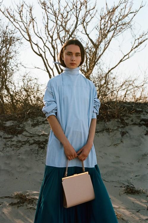 Платье из хлопка, Céline; кожаная сумка, Elegant Bag, Mansur Gavriel