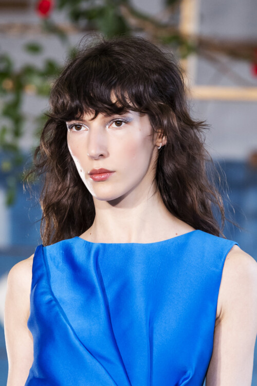 Модная челка 2020: волнистая челка фото